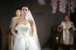 Ngay trên sân khấu hôn lễ, chú rể vừa quay đầu cô dâu đã nhào vào hôn rồi bỏ chạy, nhìn kỹ dung nhan cô ai cũng hiểu lí do-2