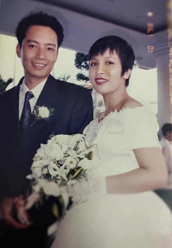 Diva Mỹ Linh khoe ảnh cưới trong trẻo, tiết lộ đã 23 năm vẫn ngủ chung giường cùng nhạc sĩ Anh Quân-1