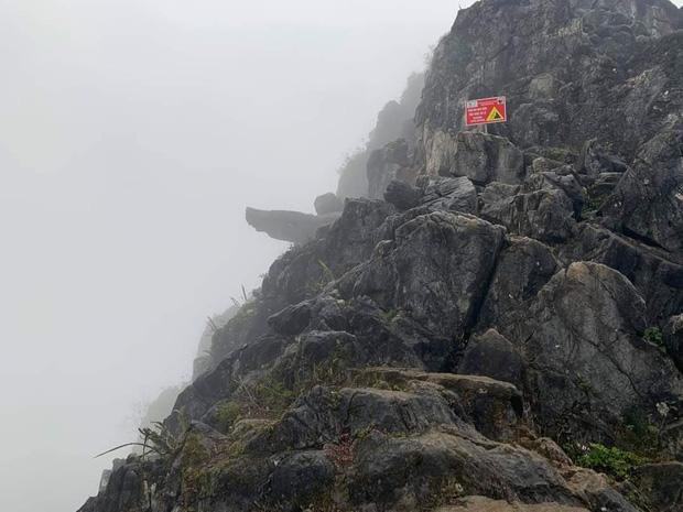 Hà Giang: Du khách trèo lên mỏm đá tử thần chụp ảnh giữa tiết trời băng giá, bị ngã xuống khe đá-1
