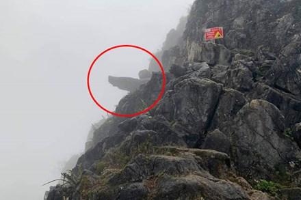 Hà Giang: Du khách trèo lên