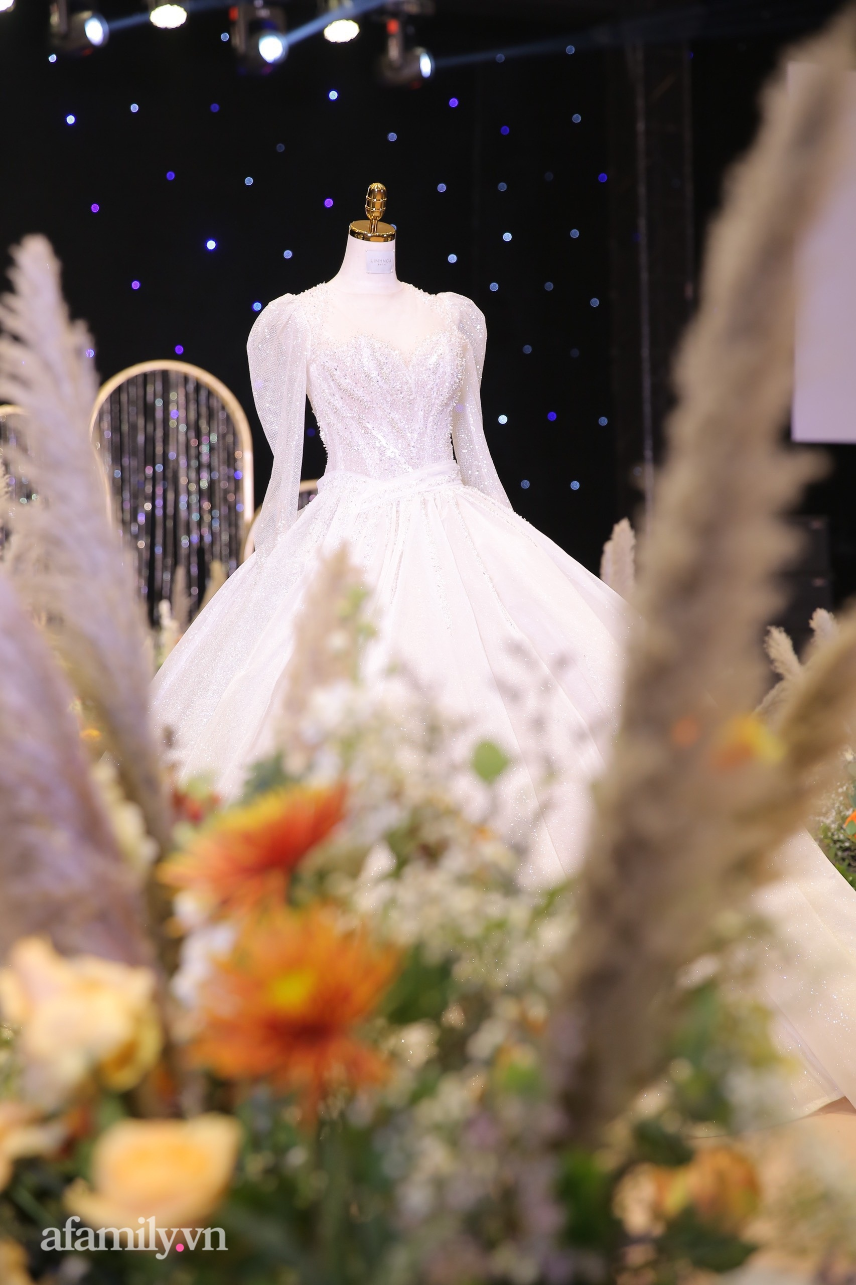 Cận cảnh chiếc váy cưới lấp lánh của vợ Bùi Tiến Dũng mặc trong hôn lễ ở Hà Nội, thêm 2 khu sân khấu cả ngoài trời - trong nhà cũng đều rất hoành tráng-4