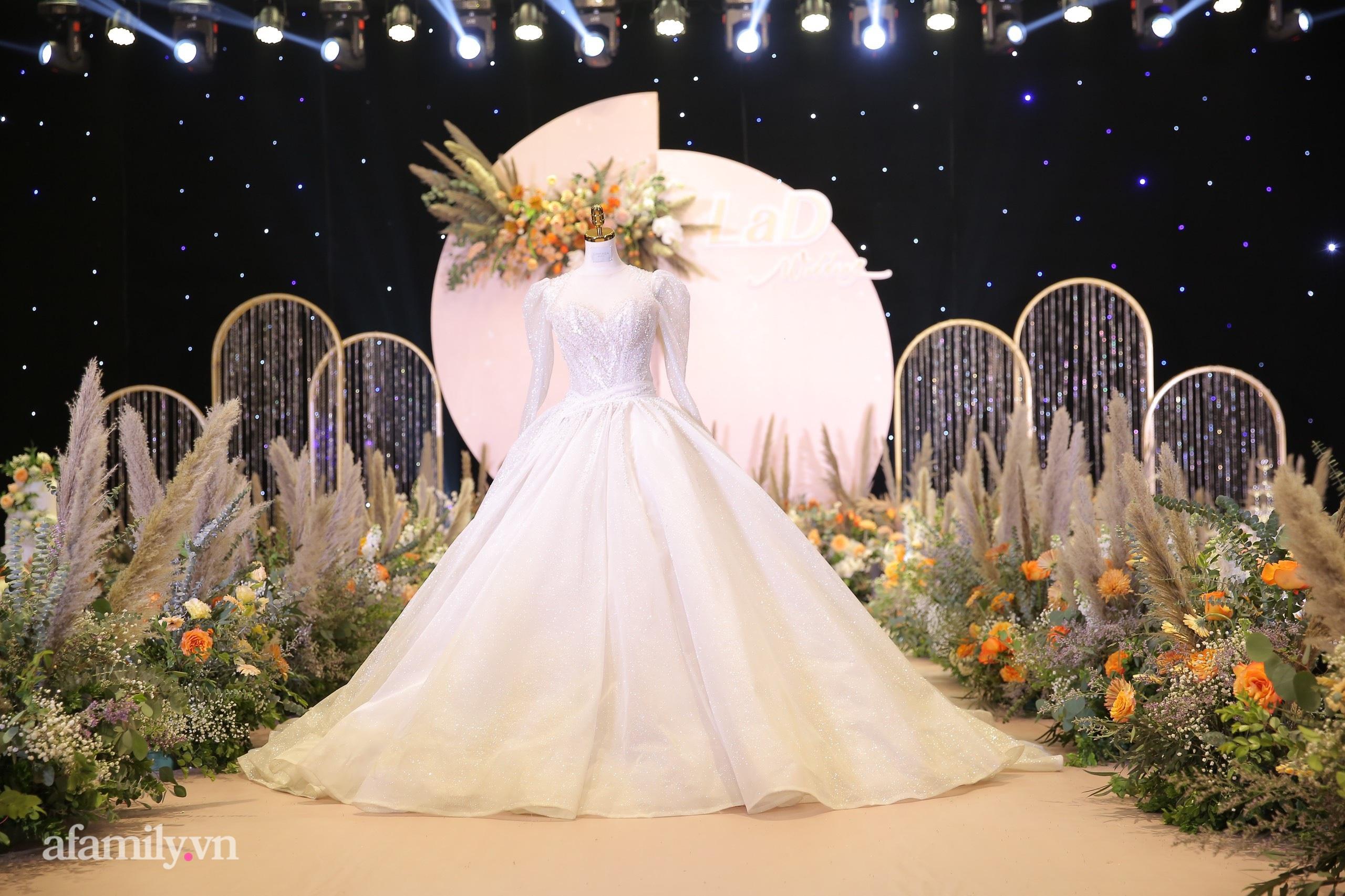 Cận cảnh chiếc váy cưới lấp lánh của vợ Bùi Tiến Dũng mặc trong hôn lễ ở Hà Nội, thêm 2 khu sân khấu cả ngoài trời - trong nhà cũng đều rất hoành tráng-3
