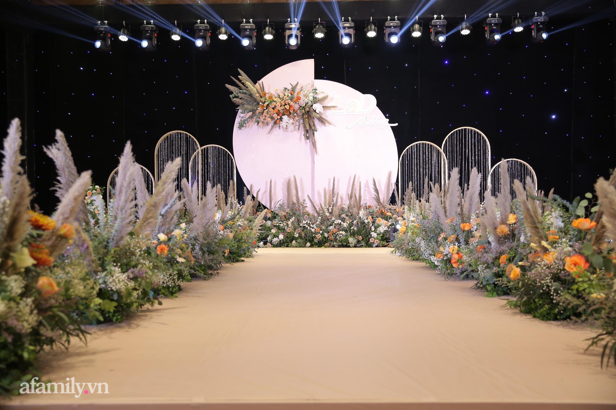Cận cảnh chiếc váy cưới lấp lánh của vợ Bùi Tiến Dũng mặc trong hôn lễ ở Hà Nội, thêm 2 khu sân khấu cả ngoài trời - trong nhà cũng đều rất hoành tráng-2