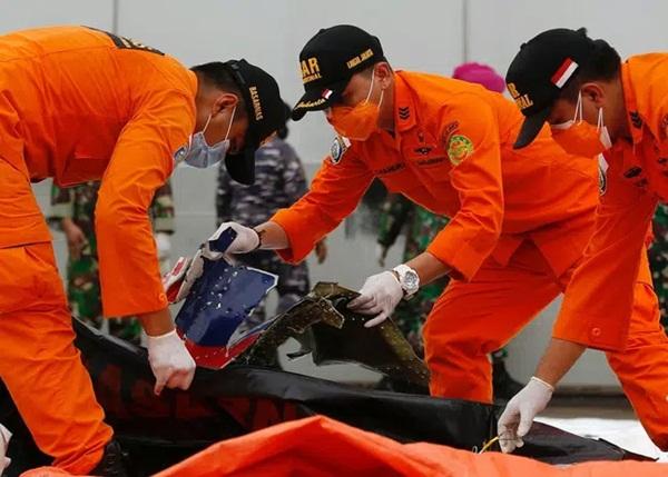 Vụ máy bay rơi ở Indonesia: Hành động bất thường của vợ cơ trưởng và bài đăng cuối cùng của 3 mẹ con hành khách trước khi lên chuyến bay định mệnh-1