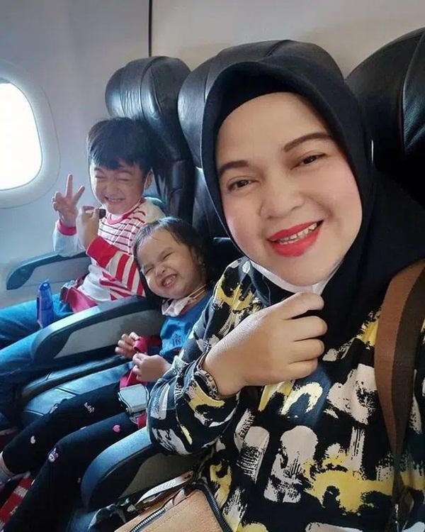 Vụ máy bay rơi ở Indonesia: Hành động bất thường của vợ cơ trưởng và bài đăng cuối cùng của 3 mẹ con hành khách trước khi lên chuyến bay định mệnh-4