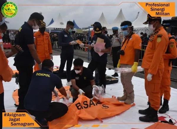 Vụ máy bay rơi ở Indonesia: Xúc động chiếc áo hồng của hành khách nhí được tìm thấy và câu chuyện con trai nhỏ ngăn bố lên máy bay tử thần được tiết lộ-2