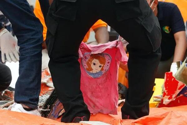 Vụ máy bay rơi ở Indonesia: Xúc động chiếc áo hồng của hành khách nhí được tìm thấy và câu chuyện con trai nhỏ ngăn bố lên máy bay tử thần được tiết lộ-4
