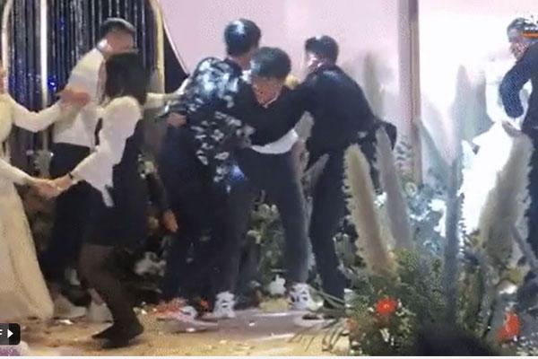 Đám cưới Bùi Tiến Dũng: Xuân Trường suýt ngã nhào sau màn khiêu cũ cồng kềnh cùng Quang Hải-1