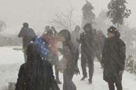 Du khách thích thú nghịch tuyết ở Lào Cai