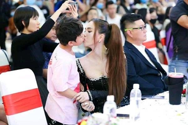 Ngọc Trinh hôn môi bé trai khiến MXH phản ứng mãnh liệt-1