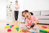Người mẹ than trời vì lúc nào cũng phải theo dõi, nhắc nhở con mọi thứ. Làm thế nào để trẻ có thể tự giác làm việc của chúng?