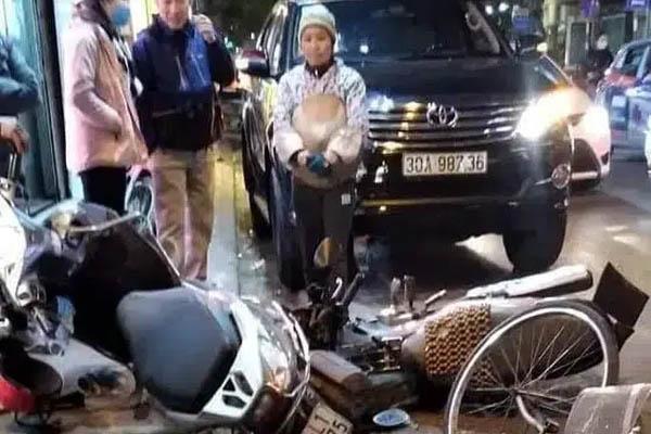 Nữ tài xế lái 'xe điên' tông hàng loạt xe máy giữa phố rồi bỏ trốn