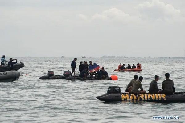 Video cận cảnh cảnh tượng hỗn độn dưới đáy biển nơi máy bay Indonesia rơi: Phương tiện bị phá hủy hoàn toàn, mảnh vỡ và thi thể người nằm rải rác-3
