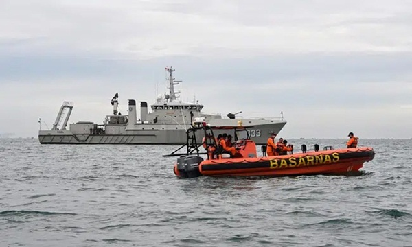 Video cận cảnh cảnh tượng hỗn độn dưới đáy biển nơi máy bay Indonesia rơi: Phương tiện bị phá hủy hoàn toàn, mảnh vỡ và thi thể người nằm rải rác-9
