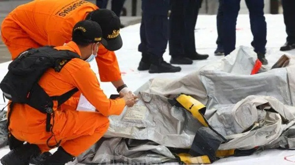 Video cận cảnh cảnh tượng hỗn độn dưới đáy biển nơi máy bay Indonesia rơi: Phương tiện bị phá hủy hoàn toàn, mảnh vỡ và thi thể người nằm rải rác-10