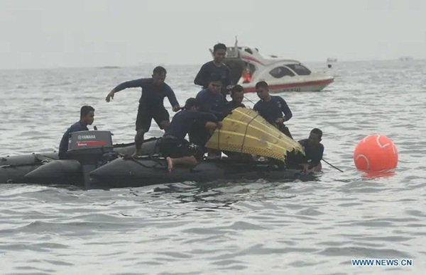 Video cận cảnh cảnh tượng hỗn độn dưới đáy biển nơi máy bay Indonesia rơi: Phương tiện bị phá hủy hoàn toàn, mảnh vỡ và thi thể người nằm rải rác-4