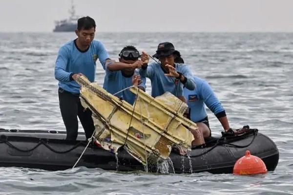 Video cận cảnh cảnh tượng hỗn độn dưới đáy biển nơi máy bay Indonesia rơi: Phương tiện bị phá hủy hoàn toàn, mảnh vỡ và thi thể người nằm rải rác-5