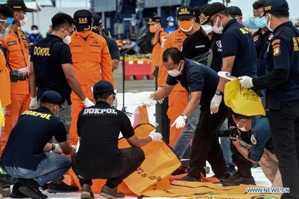 Video cận cảnh cảnh tượng hỗn độn dưới đáy biển nơi máy bay Indonesia rơi: Phương tiện bị phá hủy hoàn toàn, mảnh vỡ và thi thể người nằm rải rác-7