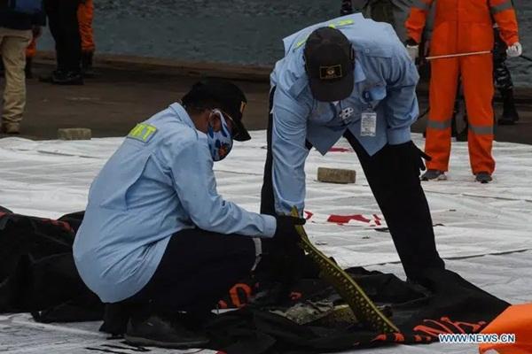 Video cận cảnh cảnh tượng hỗn độn dưới đáy biển nơi máy bay Indonesia rơi: Phương tiện bị phá hủy hoàn toàn, mảnh vỡ và thi thể người nằm rải rác-8
