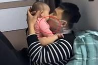 Đang âu yếm con gái mà trên mặt ông bố lại quấn mấy lớp nilon, biết nguyên do ai cũng khen hết lời