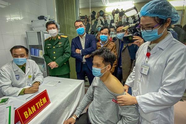3 người Việt Nam đầu tiên được tiêm vaccine Covid-19 liều cao nhất-1