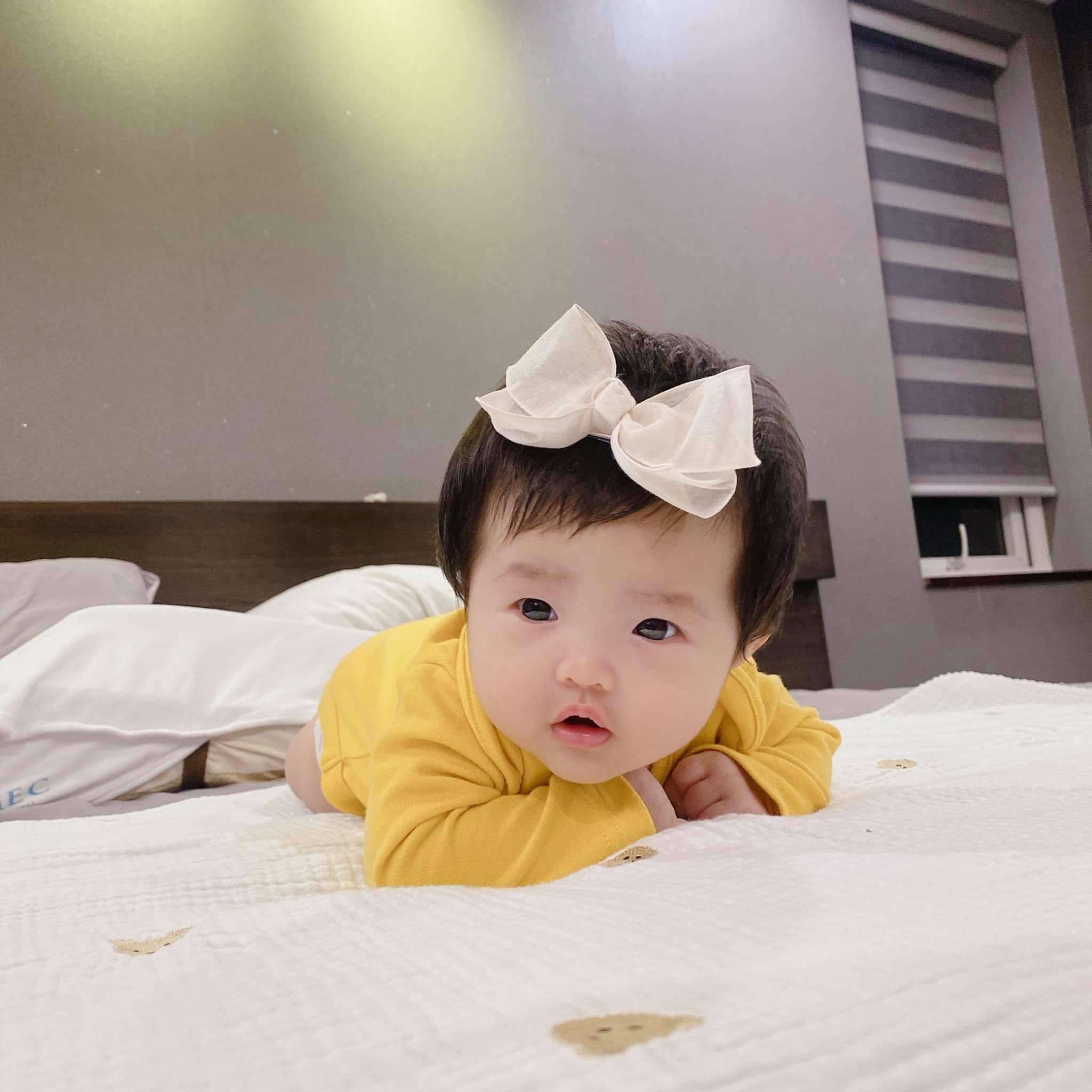 Đông Nhi đăng loạt ảnh cận cảnh con gái, dân mạng: Đích thị là 'đẻ thuê' rồi!-2