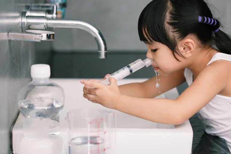 Em bé ngừng thở khi đang rửa mũi bằng nước muối sinh lý-1