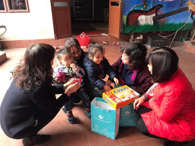 Vụ 2 bé bị bỏ rơi ở Hà Nội: Bác ruột đón từ chùa về rồi bỏ ở đê, chờ người phát hiện mới đi?-2
