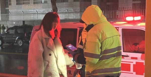 Cặp đôi cãi vã nảy lửa trên phố, cô gái khóc lóc ngăn cản khi bạn trai liên tục rạch cổ tay-1