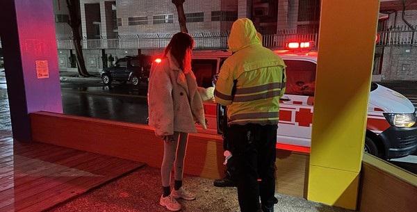 Cặp đôi cãi vã nảy lửa trên phố, cô gái khóc lóc ngăn cản khi bạn trai liên tục rạch cổ tay-2
