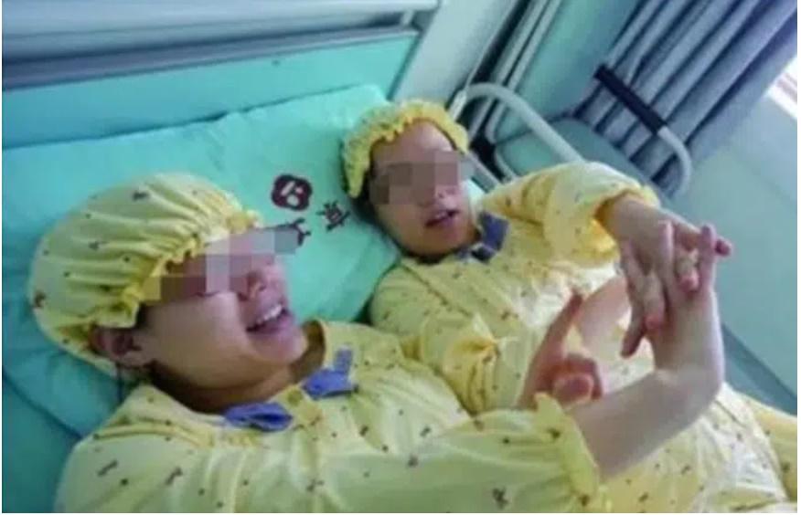Hai chị em sinh đôi mang thai cùng lúc, sinh cùng ngày, hai đứa con giống nhau một cách kỳ lạ, xét nghiệm ADN mới phát hiện sự thật khó tin-1