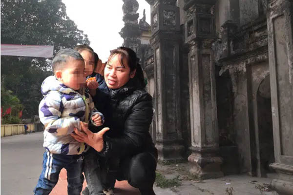 Vụ 2 đứa bé bị 'bỏ rơi' trên đê sông Hồng kèm lời nhắn 'bố mẹ đều chết rồi'