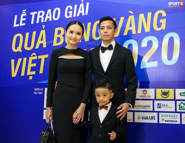 Vợ Văn Quyết rơi nước mắt vào thời khắc chồng được xướng tên ở Quả bóng vàng Việt Nam-1