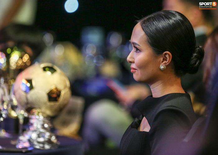 Vợ Văn Quyết rơi nước mắt vào thời khắc chồng được xướng tên ở Quả bóng vàng Việt Nam-7