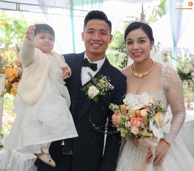Vợ cầu thủ Bùi Tiến Dũng lần đầu xuất hiện sau đám cưới, nhan sắc khác biệt của Khánh Linh gây chú ý-7