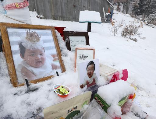 Vụ bé gái 16 tháng tuổi bị bố mẹ bạo hành đến chết: Công khai đoạn clip ghi lại cảnh bạo lực của kẻ ác ngay trước ngày diễn ra phiên tòa-6