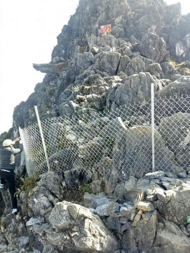 Dân phượt từ nay hết cửa check-in ở mỏm đá tử thần trên đèo Mã Pí Lèng sau vụ du khách trượt chân rơi xuống khe đá-1