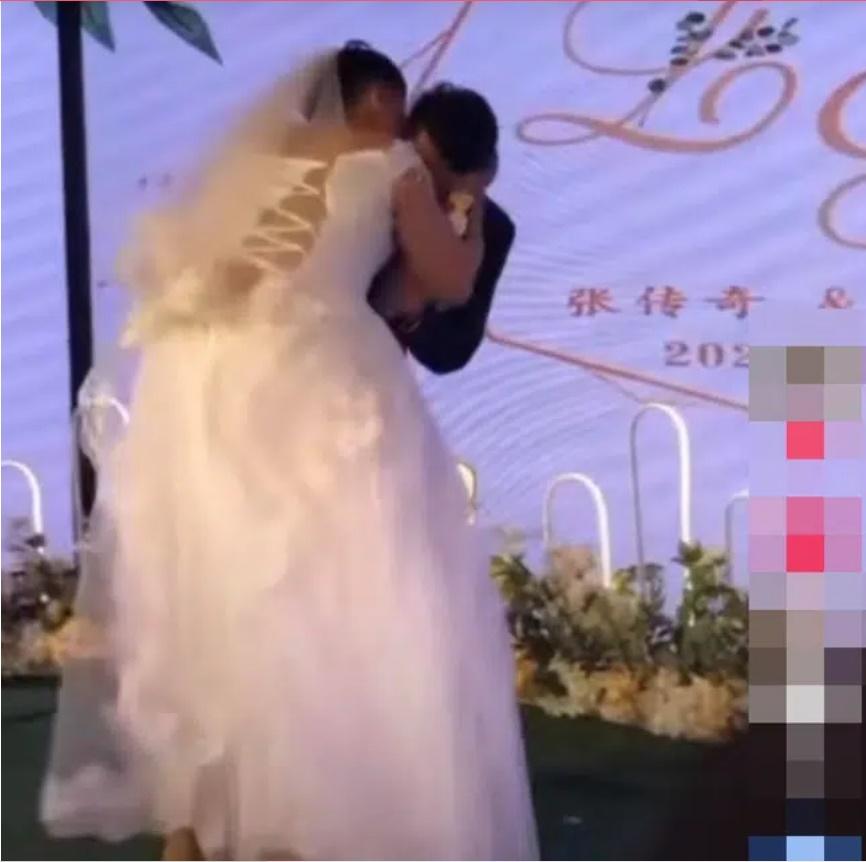 Ngay trên sân khấu hôn lễ, chú rể vừa quay đầu cô dâu đã nhào vào hôn rồi bỏ chạy, nhìn kỹ dung nhan cô ai cũng hiểu lí do-1