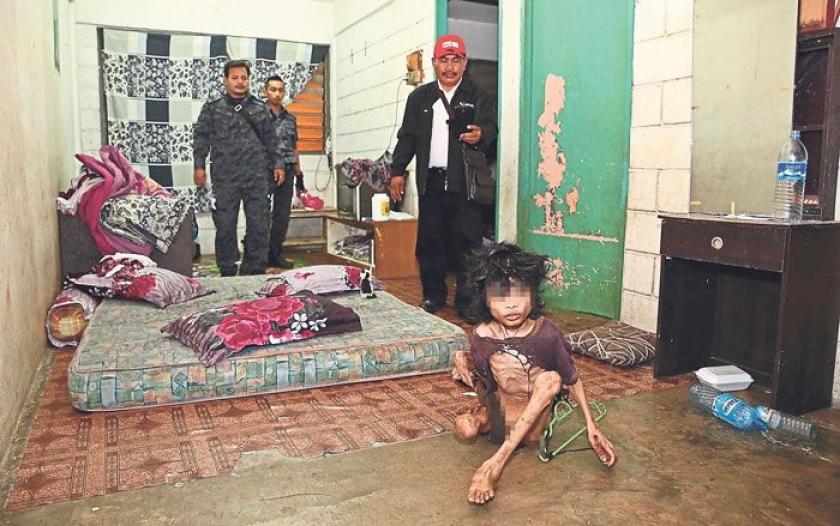 Ập vào nhà của người nhập cư bất hợp pháp, cảnh sát phát hiện đứa trẻ bị mẹ bỏ rơi 2 năm trời, ăn đất và chất thải để cầm cự-1