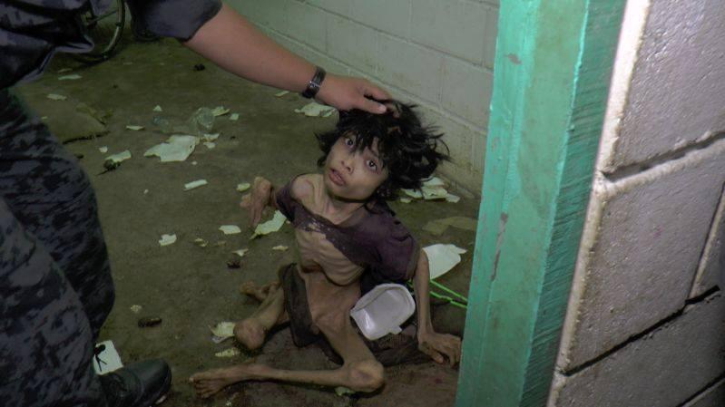 Ập vào nhà của người nhập cư bất hợp pháp, cảnh sát phát hiện đứa trẻ bị mẹ bỏ rơi 2 năm trời, ăn đất và chất thải để cầm cự-2