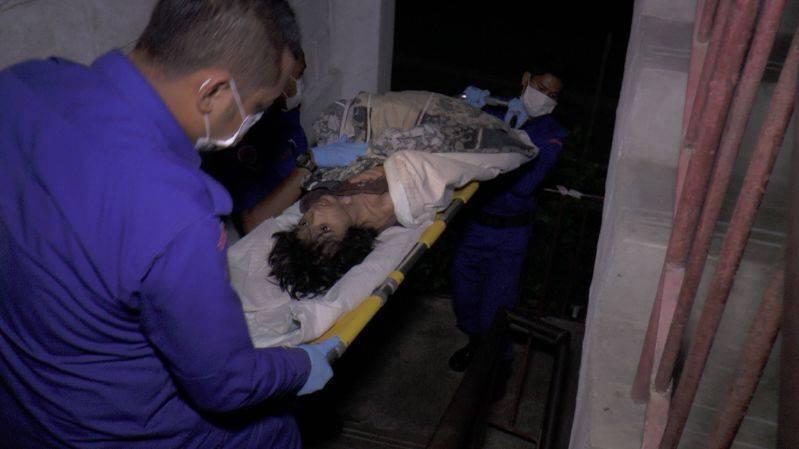Ập vào nhà của người nhập cư bất hợp pháp, cảnh sát phát hiện đứa trẻ bị mẹ bỏ rơi 2 năm trời, ăn đất và chất thải để cầm cự-3