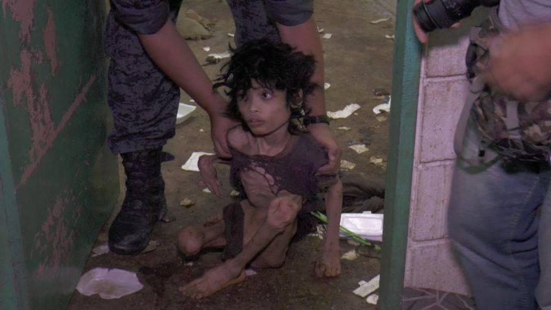 Ập vào nhà của người nhập cư bất hợp pháp, cảnh sát phát hiện đứa trẻ bị mẹ bỏ rơi 2 năm trời, ăn đất và chất thải để cầm cự-4