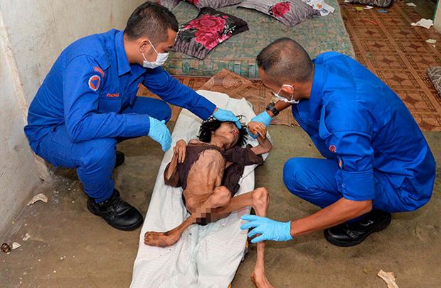 Ập vào nhà của người nhập cư bất hợp pháp, cảnh sát phát hiện đứa trẻ bị mẹ bỏ rơi 2 năm trời, ăn đất và chất thải để cầm cự-6