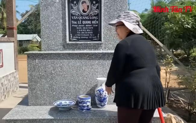 Mẹ ca sĩ Vân Quang Long lên tiếng về chuyện không nhận cháu ngay tại mộ của con trai-2