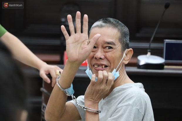 Ông trùm ma túy Văn Kính Dương bình tĩnh đến tòa, liên tục quay lại phía sau nói chuyện với người tình Ngọc Miu-6