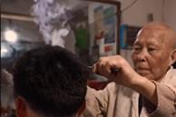 Người thợ cắt tóc bằng thanh sắt nóng trong 70 năm