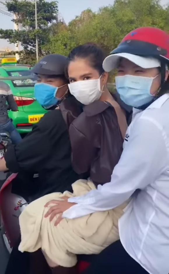 Ngọc Trinh đăng clip phải chạy xe máy để kịp đi làm, nhưng lại bị netizen soi mắc lỗi giao thông cơ bản-2