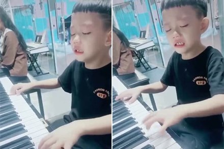 Bé trai khóc nức nở vì bố bắt tập đàn, nhưng khi tiếng nhạc vừa cất lên, ai nấy đều trầm trồ: