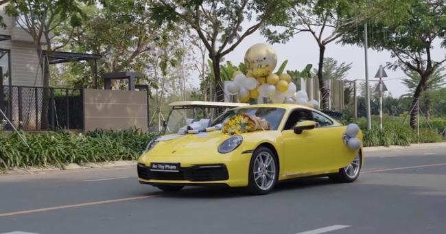 HOT: Sau khi được vợ doanh nhân cầu hôn lãng mạn, chồng nhà người ta tặng vợ siêu xe Porsche 911 bạc tỷ chơi Tết khiến dân mạng bội phần ga tô-5