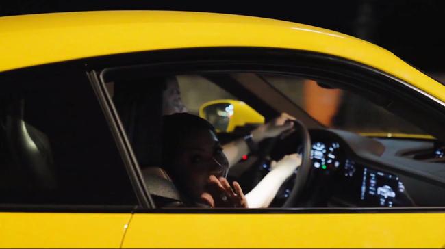 HOT: Sau khi được vợ doanh nhân cầu hôn lãng mạn, chồng nhà người ta tặng vợ siêu xe Porsche 911 bạc tỷ chơi Tết khiến dân mạng bội phần ga tô-6